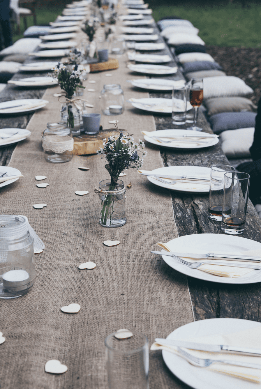 You will find many objects for your eco-friendly wedding: candle holders, frames, glass vases and table runners.